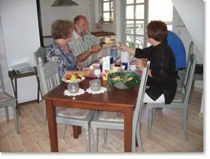 Spisebord hos Tyklundgaard's Bed & Breakfast.